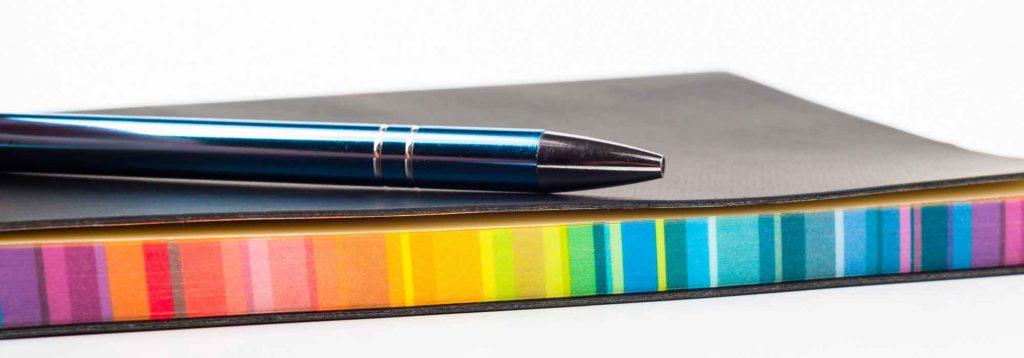 Bild von Regenbogen farbigem Notizbuch